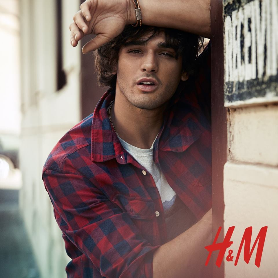 The star of Americana Manhasset's new rock style video, Marlon Teixeira also finds time for H&M. Reuniting with the Swedish brand after sporting trendy joggers, the Brazilian model embraces casual daytime style for a new shoot. Among comfortable, ready to wear pieces are printed pullovers, slim-fit denim jeans, graphic t-shirts and plaid button-downs.